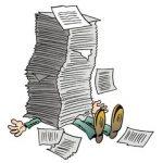 Ein Mensch, begraben unter einem großen Stapel Papier